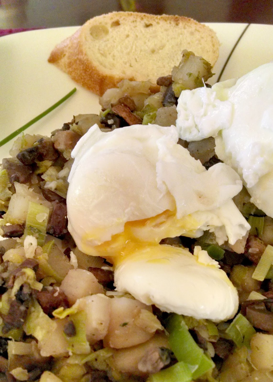 A Kitchen Hoor's Adventures | #MeatlessMonday Mushroom & Leek Hash with Poached Eggs