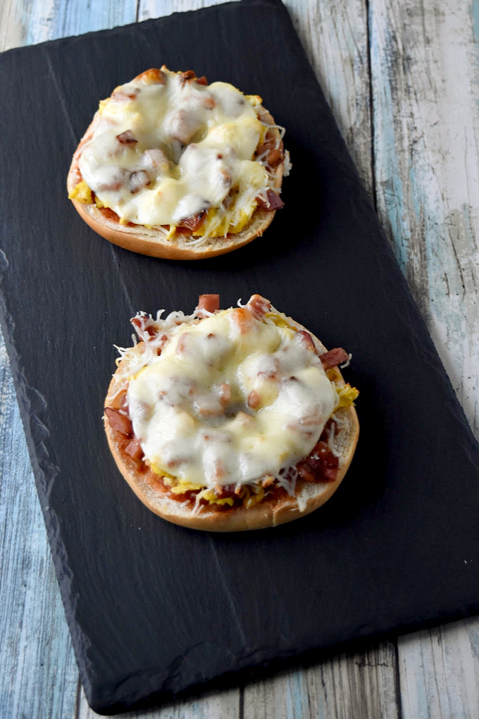 Breakfast Bagel Pizza is a simple and easy breakfast to make even on busy mornings.